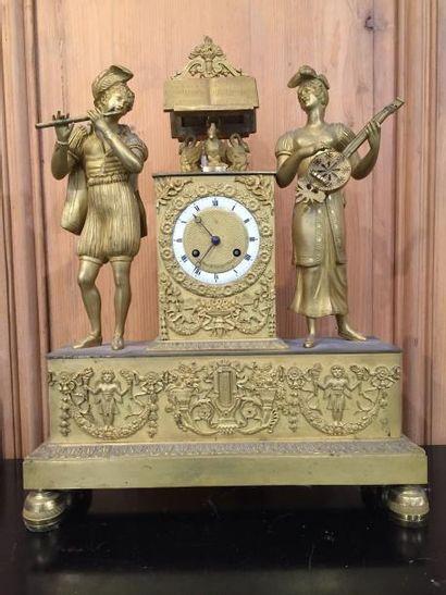Pendule en bronze doré, symbolisant les troubadours...