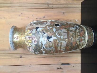 Satsuma, grand vase à épaulement, polychrome...