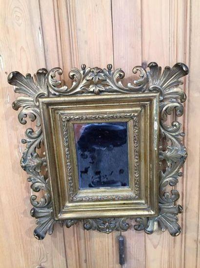 Paire de miroirs en bois sculpté et doré....