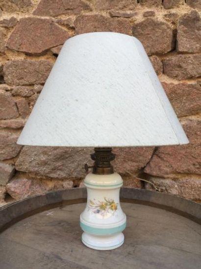 Un lot comprenant une lampe, un encrier et...