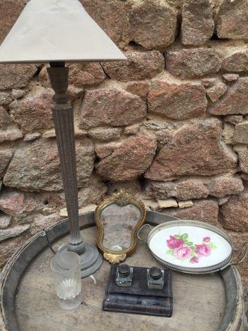 Un lot comprenant une lampe, un encrier et un dessous de plat