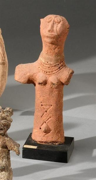 Statuette Bankoni, Mali Terre cuite à engobe ocre rouge H. 25 cm Buste féminin à...