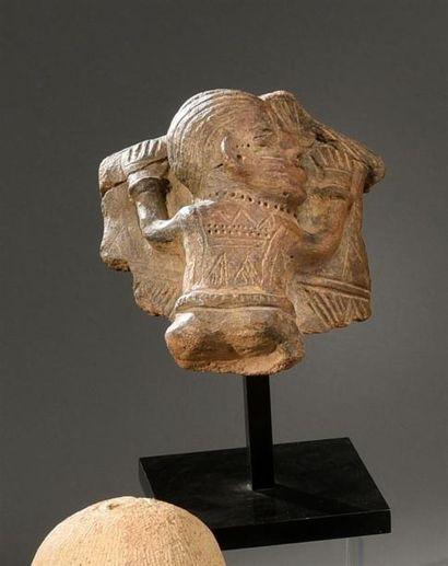 Buste Yorouba, Nigeria Terre-cuite à engobe gris H. 15 cm - l. 21 cm Buste féminin...
