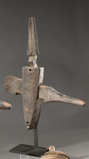 Serrure Bambara, Mali Bois dur à patine brun foncé noir, métal H. 45 cm Surmontée...