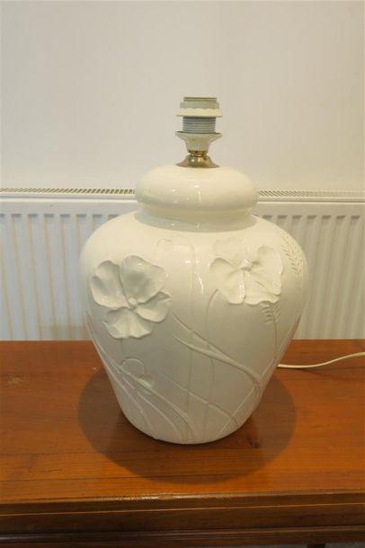 Lampe en faience blanche à décor floral....
