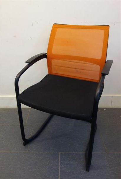 SEDUS Suite de toirs fauteuils en métal tubulaire...
