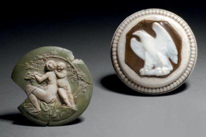 Taxile DOAT (1851-1938) Aigle Cabochon en porcelaine dure à corps circulaire et base...
