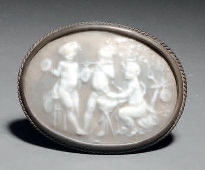 Taxile DOAT (1851-1938) Trois putti Boucle de ceinture en porcelaine dure à corps...