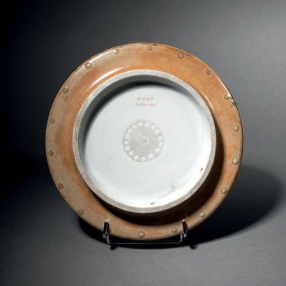 Taxile DOAT (1851-1938) Plat circulaire en porcelaine dure à médaillon en rehaut...