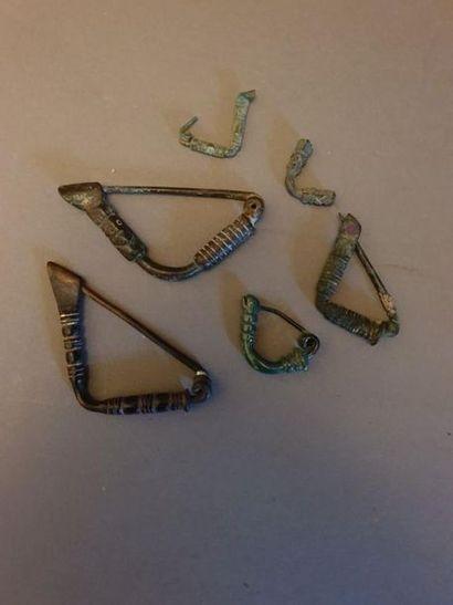 Lot de six fibules à l'arc coudé, cinq d'entre...