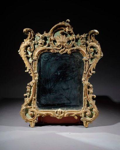 Miroir en bois sculpté, laqué vert et rechampi...