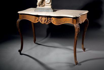 Table console en noyer mouluré et sculpté...