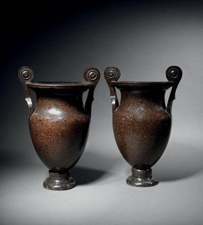 Rare paire de vases «à l'antique» de forme...