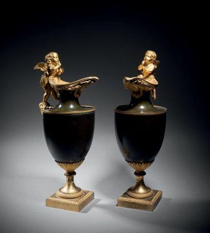 Rare paire d'aiguières en bronze finement...