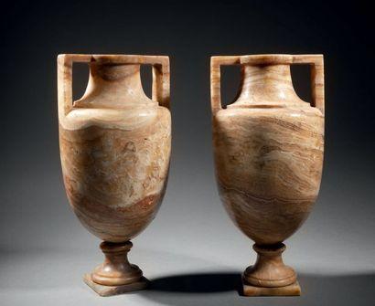 Paire de vases «à l'antique» en albâtre rubané,...