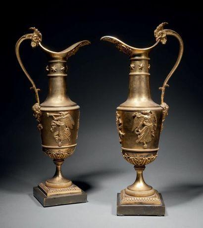 Paire d'aiguières en bronze ciselé et doré,...