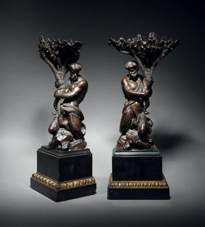 Rare paire de coupes en bronze ciselé, doré...