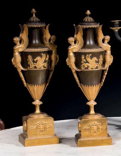 Paire de vases couverts en bronze patiné...