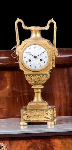 Pendule en bronze ciselé doré. Modèle au...