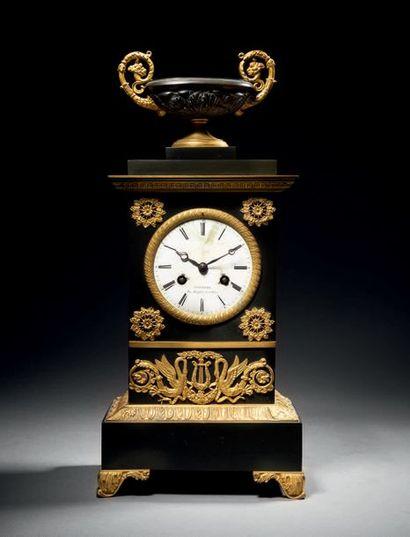 Pendule borne en bronze patiné et bronze...