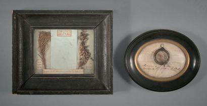 Reliques de Sainte-Hélène Petit cadre en bois aggloméré à décor de rinceaux feuillagés,...