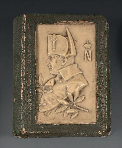 Petite boîte en forme de livre, recouverte...