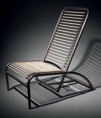 René HERBST (1891-1982) Chaise longue en tube d'acier nickelé, c. 1970, formant dossier...