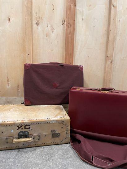 Ensemble de trois valises Deux en cuir Bordeaux...