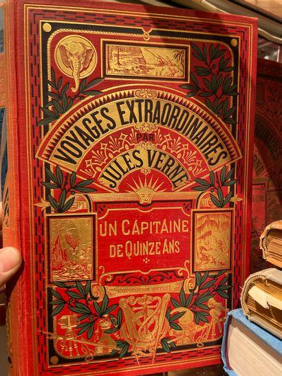 Trois volumes reliés Jules VERNE un capitaine...