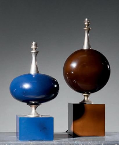 Philippe BARBIER (XXe siècle) Two desk lamps in lacquered steel sheet, one blue,...