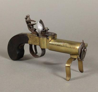 Briquet-pistolet de table à silex en laiton...