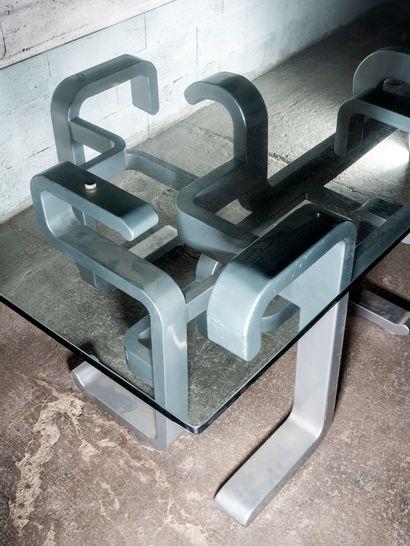 TRAVAIL FRANÇAIS 1970 Importante table à épaisse dalle de verre rectangulaire sur...