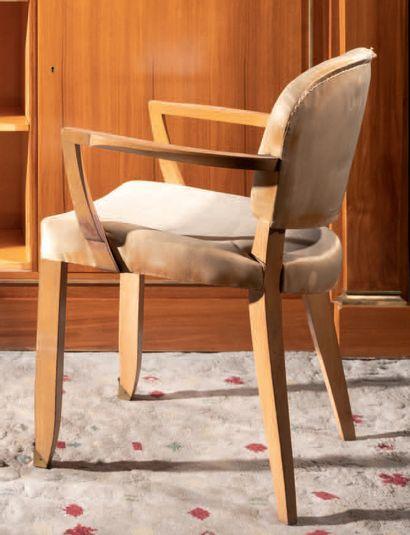 Jules LELEU (1883-1961) Un fauteuil et une chaise en sycomore à dossier légèrement...