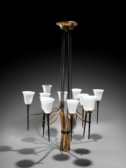 GILBERT POILLERAT (DANS LE GOÛT DE) Paire de lustres en métal noirci, bronze doré...