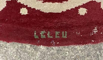 Jules LELEU (1883-1961) Tapis circulaire à motif rayonnant blanc, vert et crème sur...