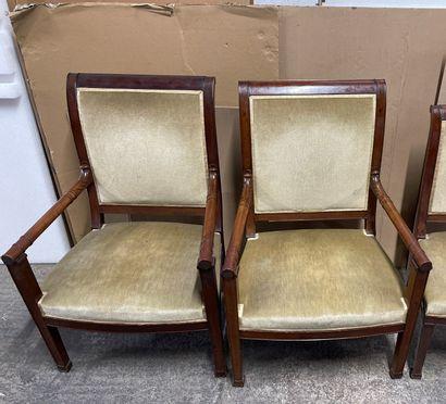 Paire de larges fauteuils en acajou mouluré...