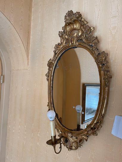 Paire de miroirs ovales à quinquets en bois...