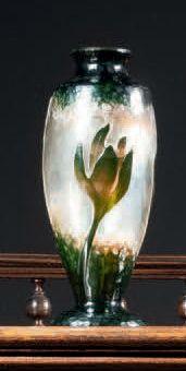 DAUM Vase ovoïde épaulé sur piédouche et col ourlé. Épreuve en verre doublé vert...
