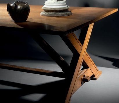 Grande table de salle à manger en chêne mouluré...