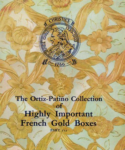 Tabatière ovale en or jaune et émaux polychromes. Beau décor en plein sur chaque...