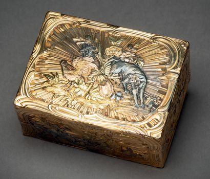 Boîte rectangulaire aux trois ors à décor...