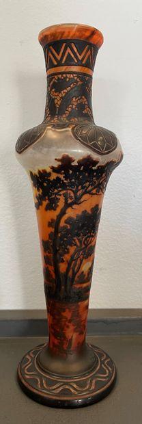 Établissements GALLÉ (1904-1936) Vase balustre épaulé et long col tubulaire ourlé....