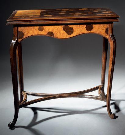 Émile GALLE (1864-1904) Table à jeu en noyer mouluré sculpté à plateau rectangulaire...
