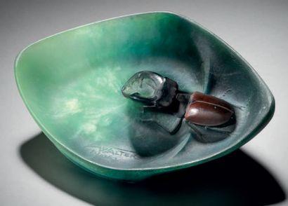 Amalric WALTER (1870-1959) Vide-poche «Lucane». Épreuve en pâte de verre bleue, verte,...