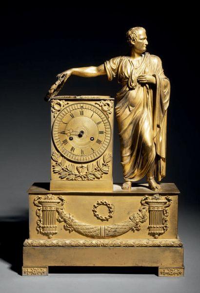Pendule en bronze finement ciselé et doré...