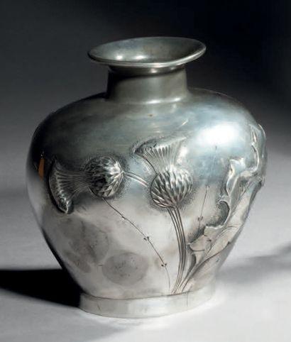 A. VILLIEN (actif entre 1905 et 1924) Vase en étain à corps conique épaulé. Décor...