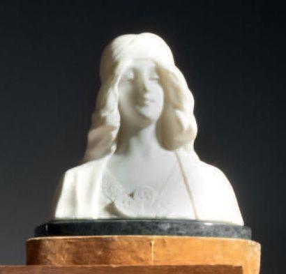 École française du début du XXe siècle Buste de femme au voile Sculpture en albâtre...