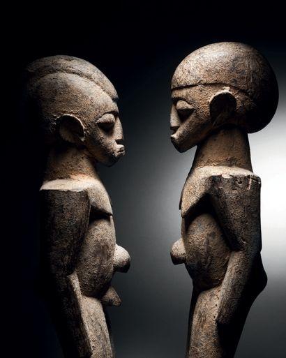 Couple de statues Lobi, Côte d'Ivoire Bois et patine légèrement croûteuse H. 44...
