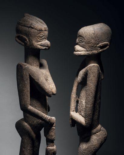 Ɵ Couple debout Tellem, Dogon, Mali 1335-1455 Bois à patine légèrement croûteuse...