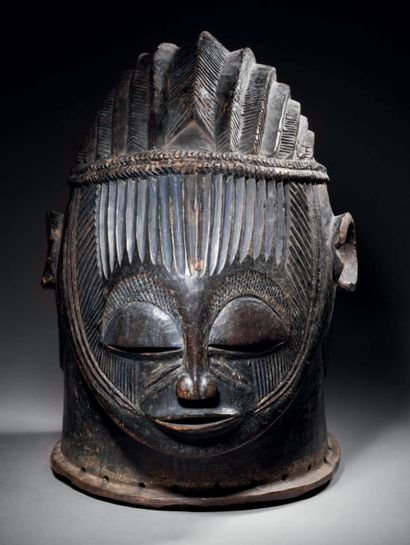 Ɵ Masque heaume, Igala, Nigeria Vers 1920 Bois dur à très belle patine d'usage,...